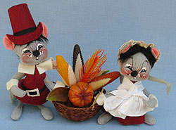 """Annalee 7"""" Cranberry Pilgrim Mice with Basket - Very Good - 305081a"""