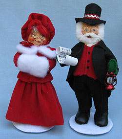 "Annalee 9"" Man with Lantern and Woman Caroller 2014 - Near Mint - 6500-6501-14"